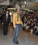 成田空港に集まったファン1000人の前に姿を見せるジョニー・デップ【22日、午前10時過ぎ】
