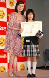 第四回『12歳の文学賞』で大賞を受賞した大久保咲希さん(右)とベッキー (C)ORICON DD inc.