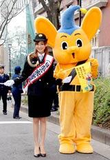 東京・原宿警察の一日署長に就任した押切もえ、抜群のスタイルを活かして礼服も着こなす(右はマスコットキャラクター・ピーポくん)