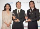 第1回『グリーンプラネット・フィルム・アワード』を受賞した真田広之(右)と�恂{晋也監督(中央)には、ハリウッド女優のタムリン・トミタ(左)からトロフィーが手渡された