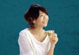 『ハーブの恵み』(養命酒製造)CMに女性らしい装いで出演している高橋尚子