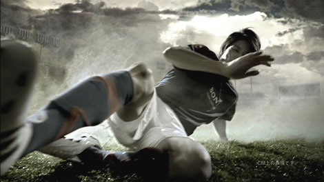 見事なスライディングをCMで披露する内田篤人選手/ソニー「JAPAN SURPRISE. 世界は驚きを待っている。」キャンペーンCM