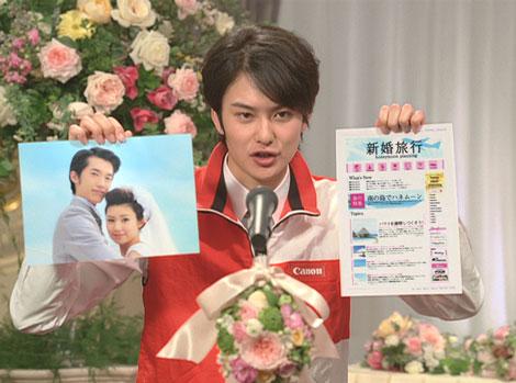 熱心にスピーチをする岡田将生だが、一風変わった内容に会場も騒然/『PIXUS』(キヤノン)新CM