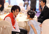 撮影の待ち時間には岡田将生が石井萌々果ちゃんと一緒に談笑する姿も/『PIXUS』(キヤノン)新CMメイキング