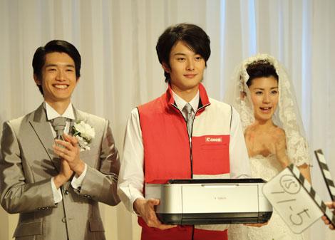 結婚する同僚夫妻と岡田将生/『PIXUS』(キヤノン)新CMメイキングカット