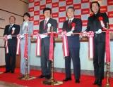 『ロッテシティホテル錦糸町』のオープニングセレモニーで、テープカットを行う長澤まさみ(左から2番目) (C)ORICON DD inc.