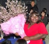 主演映画『プレシャス』をピーアールするため来日したガボレイ・シディベが舞台あいさつに登壇、桜をプレゼントされニッコリ (C)ORICON DD inc.