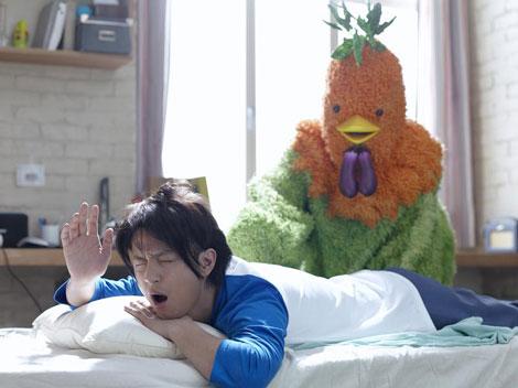 寝起き姿の上地雄輔と一生懸命起こそうとするアサカツ鳥/『野菜生活100』(カゴメ)新CM