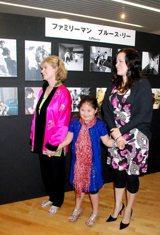 ブルースの遺品や写真を見て回った(写真左から)娘のシャノン・リーさん、孫のレン・リーさん、妻のリンダ・リーさん (C)ORICON DD inc.
