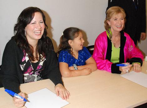 『生誕70周年記念 奇蹟のブルース・リー展』のプレミアイベントのために来日した(写真左から)娘のシャノン・リーさん、孫のレン・リーさん、妻のリンダ・リーさん