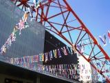 大小333匹の鯉のぼりが、東京タワー正面玄関前ではためく様子は圧巻