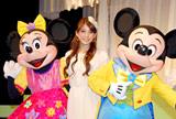 『ミッキー&ミニーのファンタジーツアー』開催記者発表に出席したSPEED上原多香子(中央)とミッキー(右)&ミニー