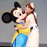 『ミッキー&ミニーのファンタジーツアー』開催記者発表で上原多香子がミッキーとハグ!
