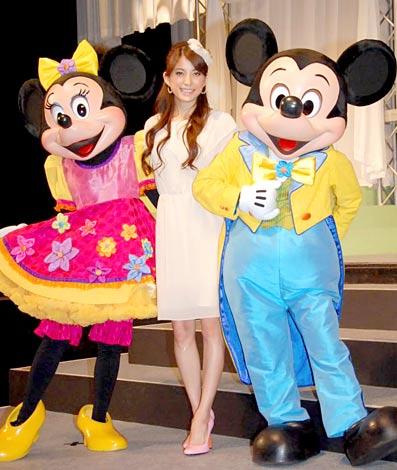 『ミッキー&ミニーのファンタジーツアー』開催記者発表に出席したSPEED上原多香子(中央)とミッキー(右)&ミニー (C)ORICON DD inc.