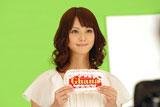 デコレーションした『ガーナミルクチョコレート』を手に持ち撮影に臨む佐々木希/『母の日ガーナ』キャンペーン(ロッテ)新CM