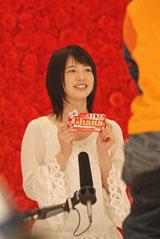 可愛らしい笑顔で撮影に臨む桜庭ななみ/『母の日ガーナ』キャンペーン(ロッテ)新CM