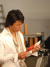 母親に贈る手紙を見つめる石川遼/『母の日ガーナ』キャンペーン(ロッテ)新CM