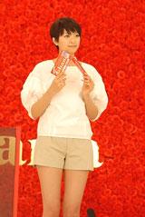 スタイル抜群! 榮倉奈々が出演する『母の日ガーナ』キャンペーン(ロッテ)新CMメイキングカット
