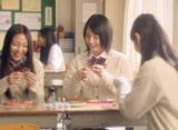桜庭は母親に贈る『ガーナミルクチョコレート』をデコレーション/『母の日ガーナ』キャンペーン(ロッテ)新CM