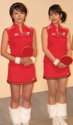 真っ赤なミニスカと、スカートの裾のチロリアンテープと、足首のファーが特徴的なユニフォーム。大橋アナと相内アナも可憐に着こなしている。