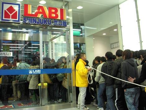 「LABI 新宿東口館」開店とともに店内になだれこむ人々 (C)ORICON DD inc.