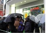 小雨降る中、開店前から長蛇の列ができた「LABI 新宿東口館」オープン日の様子 (C)ORICON DD inc.