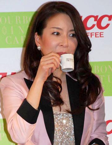 『ブルボンポワントゥ2010』発売記念イベントで、商品の試飲をする真矢みき (C)ORICON DD inc.