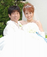 2ショットで結婚報告会見を行った原口あきまさ&福下恵美夫妻 (C)ORICON DD inc.