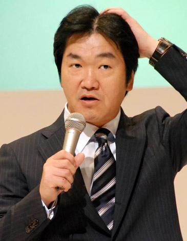『第10回発毛日本一コンテスト』で、自身の頭髪を気にする島田紳助 (C)ORICON DD inc.