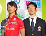 『エンジョイバイクアワード2010』で「特別賞」を受賞した地域密着型自転車ロードレースチーム・宇都宮ブリッツェンの(左から)廣瀬佳正選手、栗村修監督