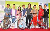 『エンジョイバイクアワード2010』の授賞式に出席した(左から)武田修宏、杏、北川えり、なだぎ武、武蔵、リサ・ステッグマイヤー、廣瀬佳正選手、栗村修監督