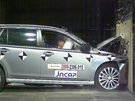 「2009年度自動車アセスメント」でもっとも高い評価を獲得した、『レガシィ』衝突実験時の様子