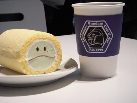 テイクアウト商品『ガンダムカフェハロール』(税込950円)は米粉のモチモチ食感が特長