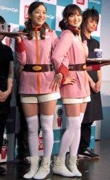 ガンダム公式カフェ『GUNDAM Cafe』のユニフォームを身にまとった(左から)我謝レイラニと鹿谷弥生 (C)ORICON DD inc.