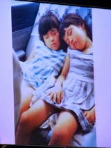 小林麻耶が出席したソニーのデジタルフォトフレーム『S-Frame』発売イベントでは、実妹・小林麻央(左)との幼い頃の2ショット写真を披露 (C)ORICON DD inc.