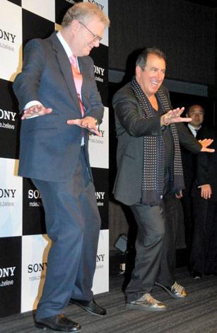"""映画『マイケル・ジャクソン THIS IS IT』監督ケニー・オルテガ氏(右)来日記念イベントで、マイケルのような""""キレ""""のいいポーズを共に披露するソニー会長兼社長CEOのハワード・ストリンガー氏 (C)ORICON DD inc."""