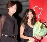 初来日したニッキー(右)を女子カーリングの近江谷杏菜選手らが出迎えた (C)ORICON DD inc.