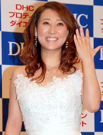 『DHCプロティンダイエット』の新CM発表会にミニのウエディングドレス姿で登場した友近 (C)ORICON DD inc.