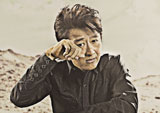 砂まみれの姿で新CMに出演する桑田佳祐