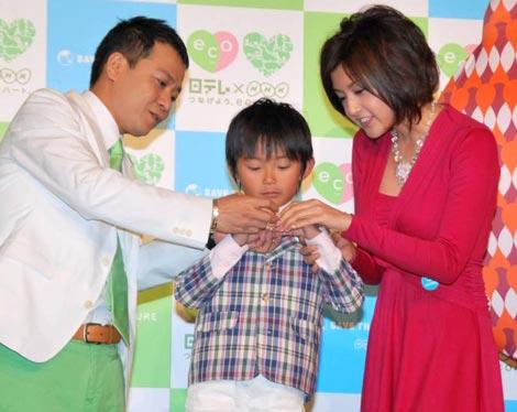 日本テレビとNHKの合同制作発表会見で親子のようなやり取りを見せた、(左から)中山秀征、加藤清史郎、藤原紀香 (C)ORICON DD inc.