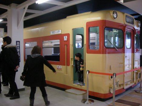 信越本線横川駅を再現したメモリアルコーナー。旧国鉄車両が設置され、中で食事ができる(上信越自動車道・横川SA上り)
