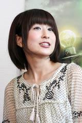 米映画『9<ナイン>〜9番目の奇妙な人形』のイベントで、広末涼子の顔まねで作品をPRするおかもとまり (C)ORICON DD inc.