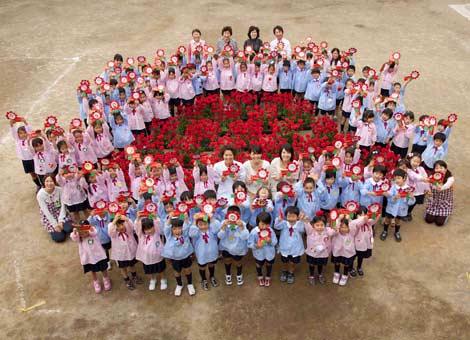 長澤まさみ、榮倉奈々、桜庭ななみの3人が幼稚園を訪れた、ロッテ『ガーナミルクチョコレート』母の日イベントの模様