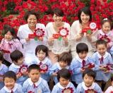 ロッテ『ガーナミルクチョコレート』母の日イベントで、幼稚園を訪問した(上列左から)榮倉奈々、長澤まさみ、桜庭ななみ