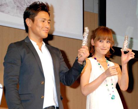 エコ喚起イベント『い・ろ・は・す環境シンポジウム2010』に出席した(左から)魔裟斗と西山茉希 (C)ORICON DD inc.