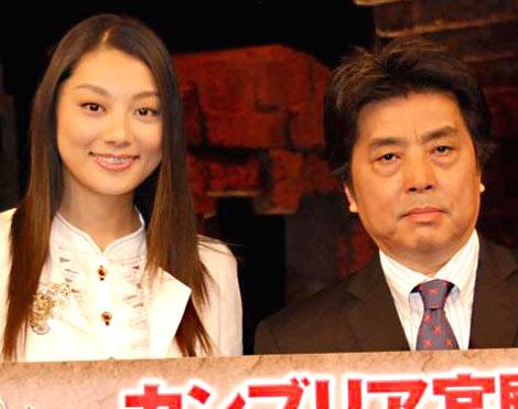 『カンブリア宮殿』200回の放送を記念して行われた会見に出席した、同番組インタビュアーの(左から)小池栄子と村上龍 (C)ORICON DD inc.