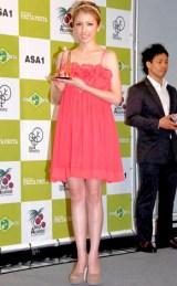 『2010年度ベストアサイーニスト』のビューティ部門を受賞した美香 (C)ORICON DD inc.