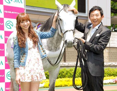 JRAの競馬デートシミュレーションサイト『わたしをウマくリードして』のPRイベントに出席した(左から)優木まおみ、石田純一 (C)ORICON DD inc.