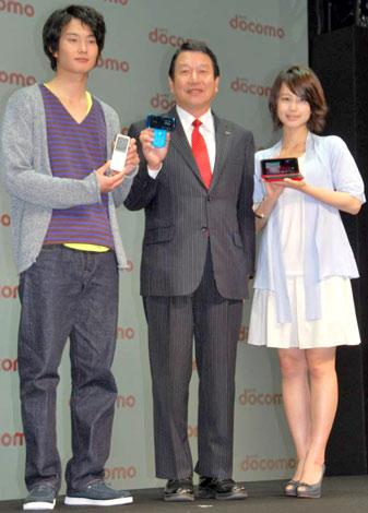 NTTドコモの『2010年夏 新商品・新サービス』発表会に出席した(左から)岡田将生、代表取締役社長の山田隆持氏、堀北真希 (C)ORICON DD inc.