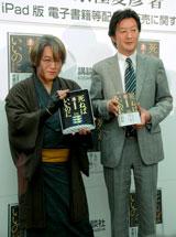 最新作『死ねばいいのに』の記者会見に出席した(左から)京極夏彦氏、講談社・野間省伸副社長